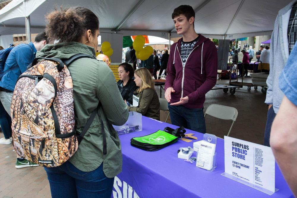 UW Surplus staff hands out reusable tote bags