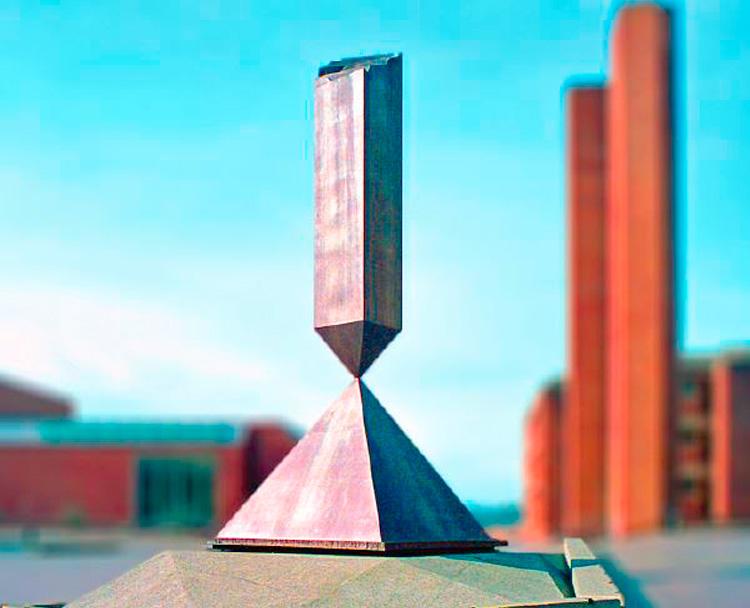 Barnett Newman Broken Obelisk, 1967